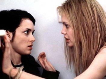 Angelina Jolie e Winona Ryder in una scena di Ragazze Interrotte
