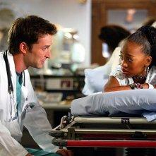 Aysia Polk e Noah Wyle in una scena di E.R. Medici in prima linea