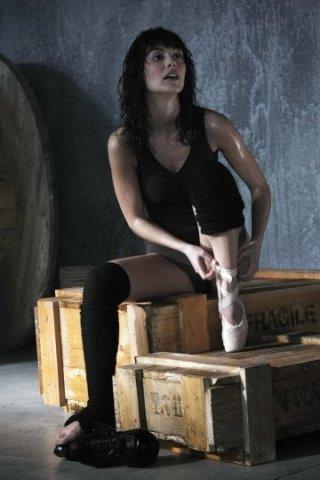 Alessandra Mastronardi si prepara ad allenarsi in una scena di Non smettere di sognare