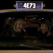 Armin Mueller-Stahl e Giancarlo Esposito in una scena del film Taxisti di notte