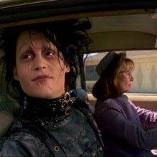 Johhny Depp e Dianne Wiest in una scena di Edward mani di forbice