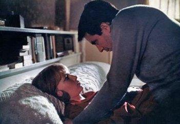 John Cassavetes e Mia Farrow in una sequenza del film Rosemary's baby - Nastro rosso a New York