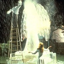 Johnny Depp e Winona Ryder in una toccante scena del film Edward mani di forbice