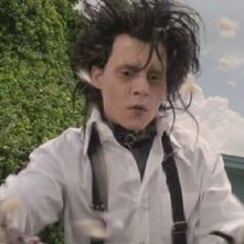 Johnny Depp in una scena del film Edward mani di forbice