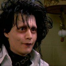 Johnny Depp in una sequenza del film Edward mani di forbice