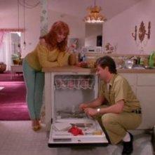 Kathy Baker e Steven Brill in una scena del film Edward mani di forbice