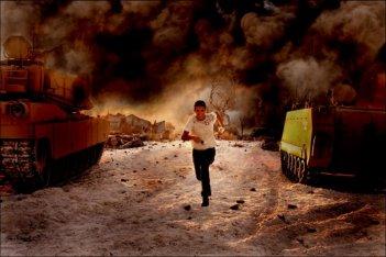 Shia LaBeouf in una scena del film Transformers - La vendetta del caduto diretto Michael Bay
