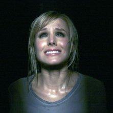 Un primo piano dell'attrice Kristen Bell, in una scena del film Pulse