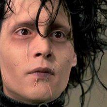 Un primo piano di Johnny Depp nel film Edward mani di forbice
