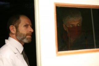 Vitaliano Trevisan e Fabrizio Bentivoglio in una scena della miniserie Nel nome del male