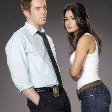 Sarah Shahi e Damian Lewis in una foto promozionale della serie tv 'Life'