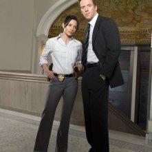 Sarah Shahi e Damian Lewis sono colleghi nella prima serie di 'Life'