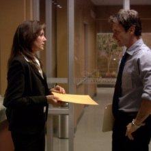 Chris Vance e la guest star Katherine Kamhi nel pilot della serie Mental