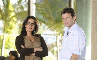 Chris Vance ed Annabella Sciorra in un momento della serie Mental