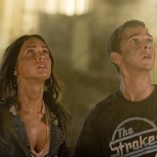 Shia LaBeouf con Megan Fox in una scena del film Transformers