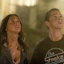 Shia LaBeouf con Megan Fox in una scena del film Transformers