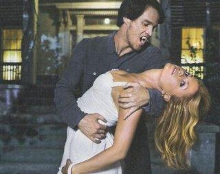 Stephen Moyer azzanna Anna Paquin in una foto promozionale della serie True Blood