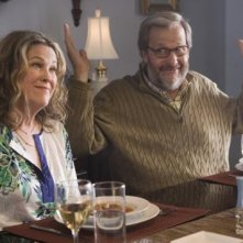 Catherine O'Hara e Jeff Daniels in una scena del film Away We Go