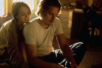 Ethan Hawke con Winona Ryder in una sequenza del film Giovani, carini e disoccupati