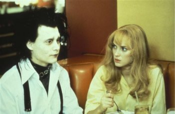 Johnny Depp con Winona Ryder in una scena del film Edward mani di fobice