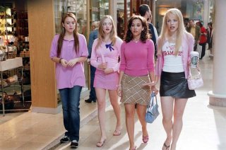 Lindsay Lohan, Amanda Seyfried, Lacey Chabert e Rachel McAdams in una scena del film 'Mean Girls'