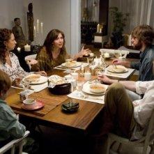 Maya Rudolph, Maggie Gyllenhaal, John Krasinski e Josh Hamilton in una scena del film Away We Go