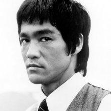 Un primo piano di un giovane Bruce Lee