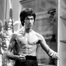 Una foto promozionale in bianco e nero di Bruce Lee da giovane