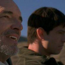 Tom Bower (Everett Hubble) in auto con Max (Jason Behr) nel telefilm Roswell