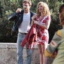 Violante Placido con il compagno André Bastos Teixeira sul set di Moana, la biopic di Sky nella quale interpreta la pornodiva Moana Pozzi
