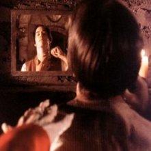 La mano di Gary Oldman sfiora Keanu Reeves nel film Dracula di Bram Stoker