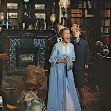 Mia Farrow con Ruth Gordon e Phil Leeds nel film Rosemary's baby - Nastro rosso a New York