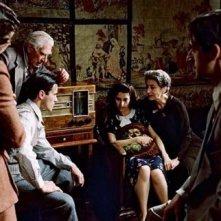 Adrien Brody con Frank Finlay, Maureen Lipman, Jessica Kate Meyer, Julia Rayner e Ed Stoppard ne Il Pianista