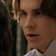 Christian Bale e Winona Ryder (di spalle) in una scena del film Piccole donne