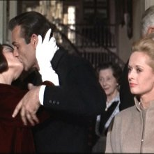 Diane Baker bacia Sean Connery sotto gli occhi di Tippi Hedren in una scena del film Marnie