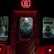 John Travolta e Luis Guzman in una scena del film Pelham 1-2-3: Un ostaggio al minuto