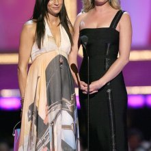 Le attrici Famke Janssen e Rebecca Romijn durante una premiazione agli MTV Movie Awards 2006