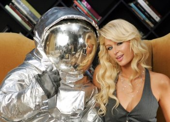 Paris Hilton con l'astronauta simbolo degli MTV Movie Awards 2006