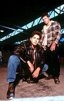 Adam Garcia e Sam Worthington in una immagine promo di Bootmen (2000)