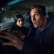 Matthew McConaughey e Noureen DeWulf in un'immagine del film La rivolta delle ex