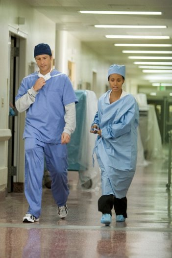 Michael Vartan e Jada Pinket Smith in una scena del pilot della serie TV Hawthorne