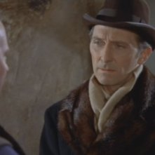 Peter Cushing e George Woodbridge (di spalle) in una scena del film Dracula il vampiro