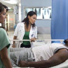 Suleka Mathew e Jada Pinkett Smith in una scena dell'episodio Healing Time di Hawthorne