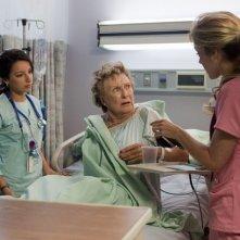 Vanessa Lengies e Cloris Leachman in una scena dell'episodio Healing Time di Hawthorne