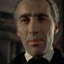 Christopher Lee interpreta il Conte Dracula nel film Dracula il vampiro