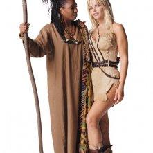 Gena Lee Nolin (Sheena) con Margo Moorer (Kali) in un'immagine promo per la serie 'Sheena'