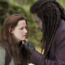 Kristen Stewart e Edi Gathegi in una scena di Twilight: New Moon