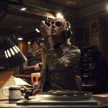 Rhys Ifans in una scena del film I Love Radio Rock