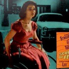 Susan Strasberg in una lobbycard a colori del film La casa del terrore