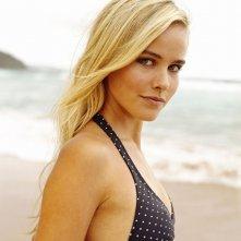 Una foto promozionale di Isabel Lucas in spiaggia